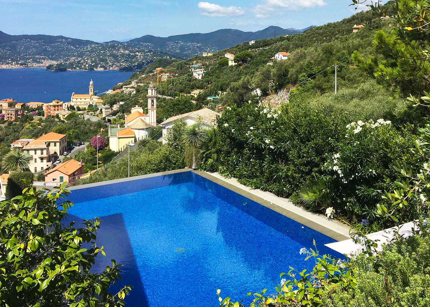 Piscina a sfioro con vista sul mar ligure mygarden by for Piscina sfioro